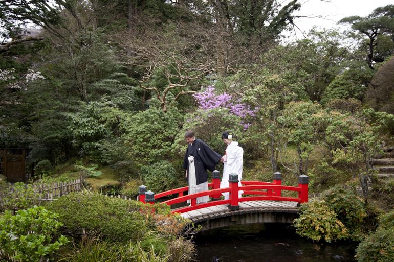 富士屋ホテル結婚式写真 菊華荘 新郎新婦お庭入場シーン写真